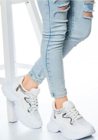 Kadın Giyimde Sneakers Nasıl Kombinlenir?